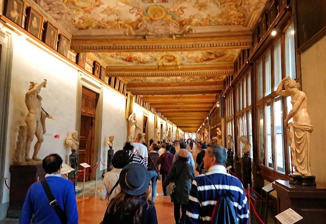 ウフィツィ美術館の回廊での様子3