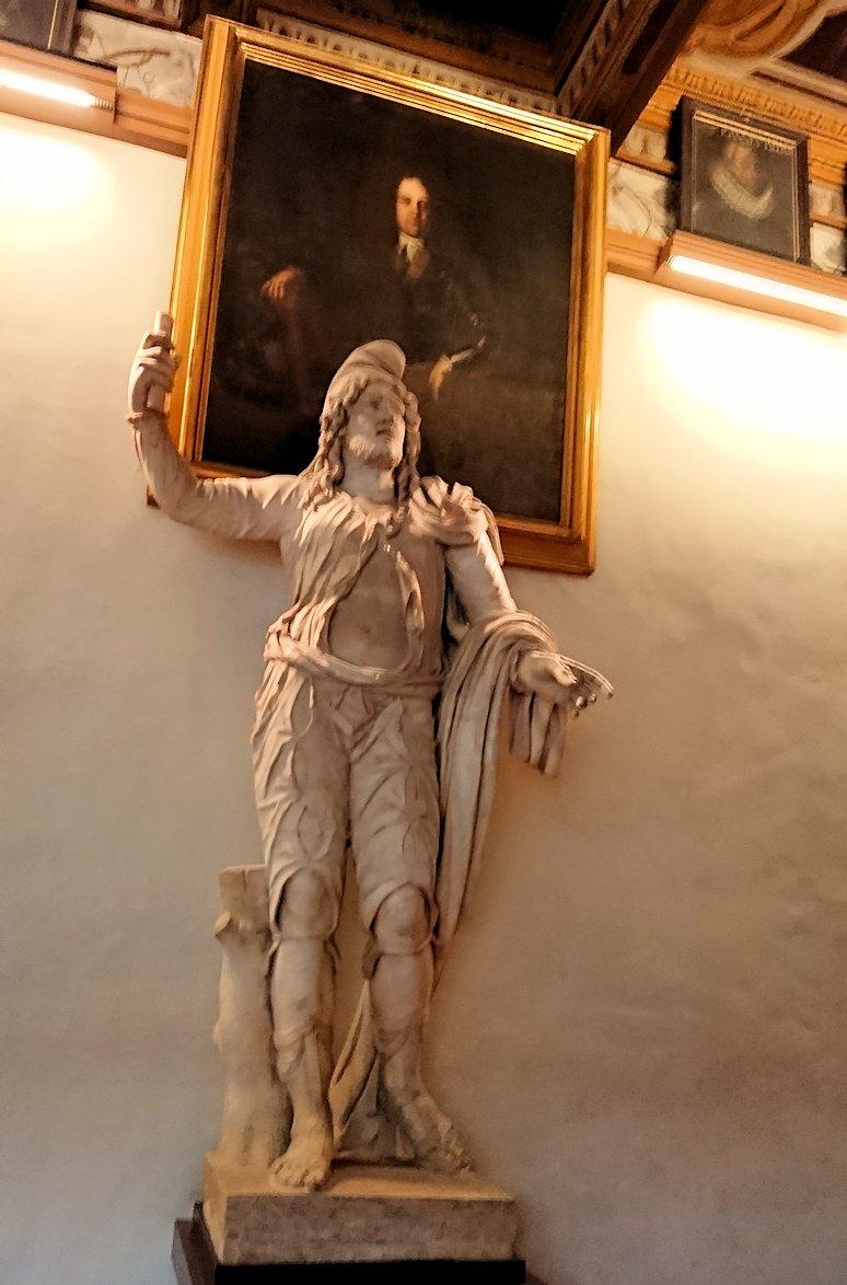 ウフィツィ美術館の回廊での銅像3