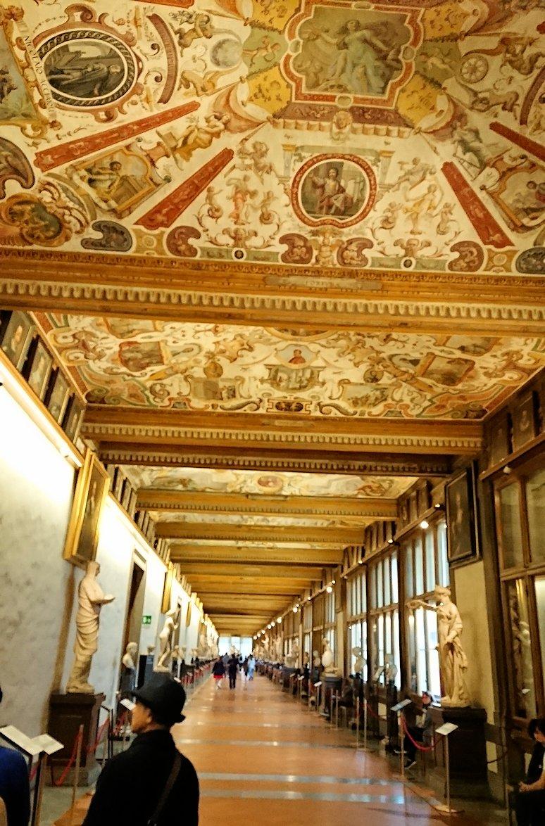 ウフィツィ美術館の回廊での様子4