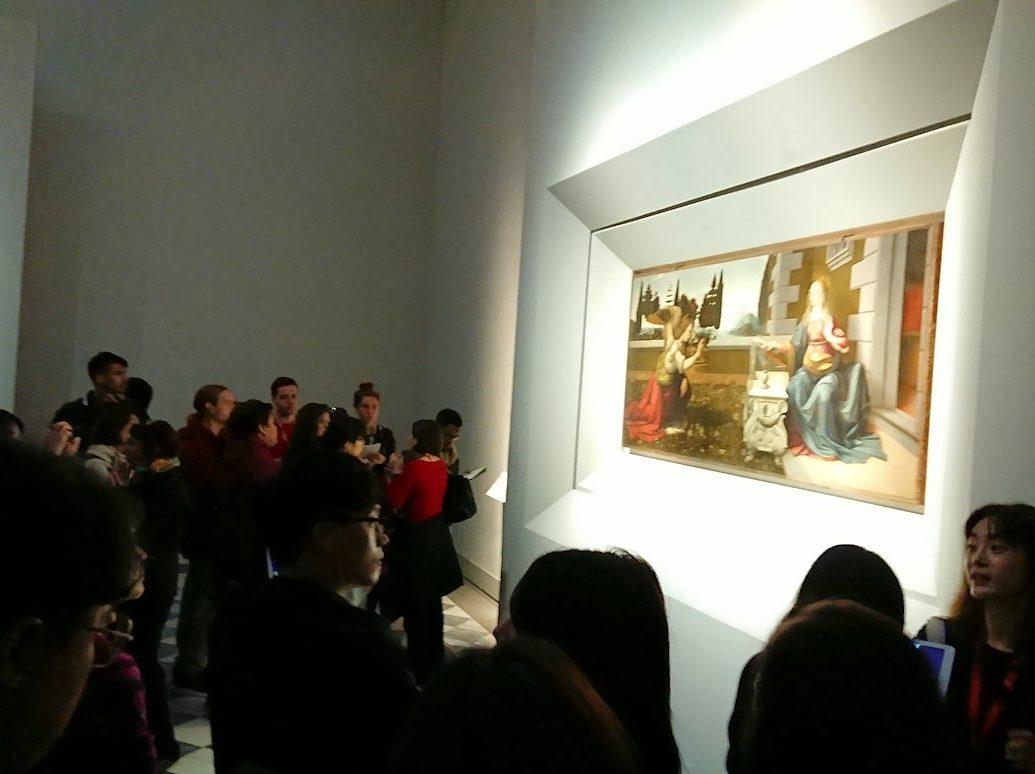 ウフィツィ美術館で受胎告知の絵の前の群衆
