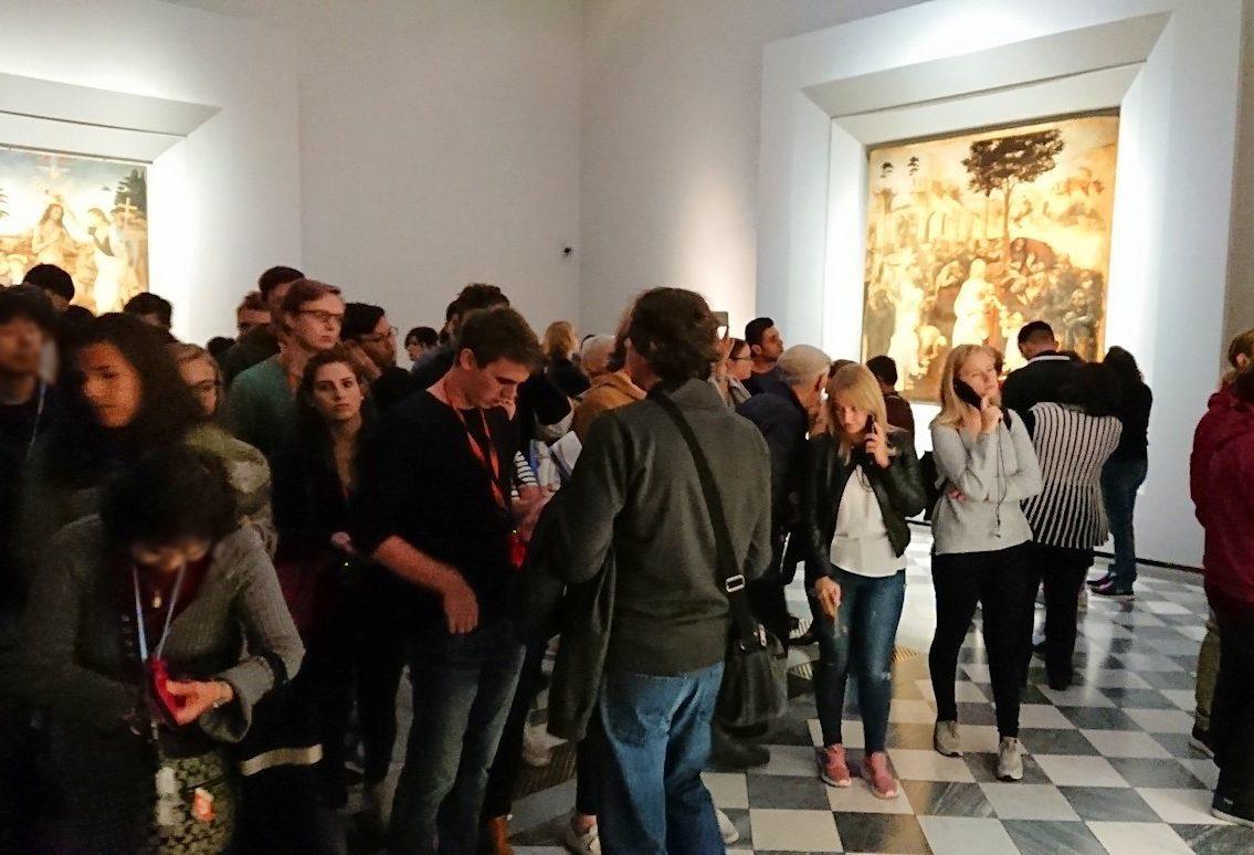 ウフィツィ美術館で受胎告知の絵の前の群衆2