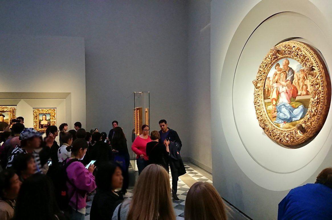 ウフィツィ美術館でミケランジェロの傑作を見る観光客