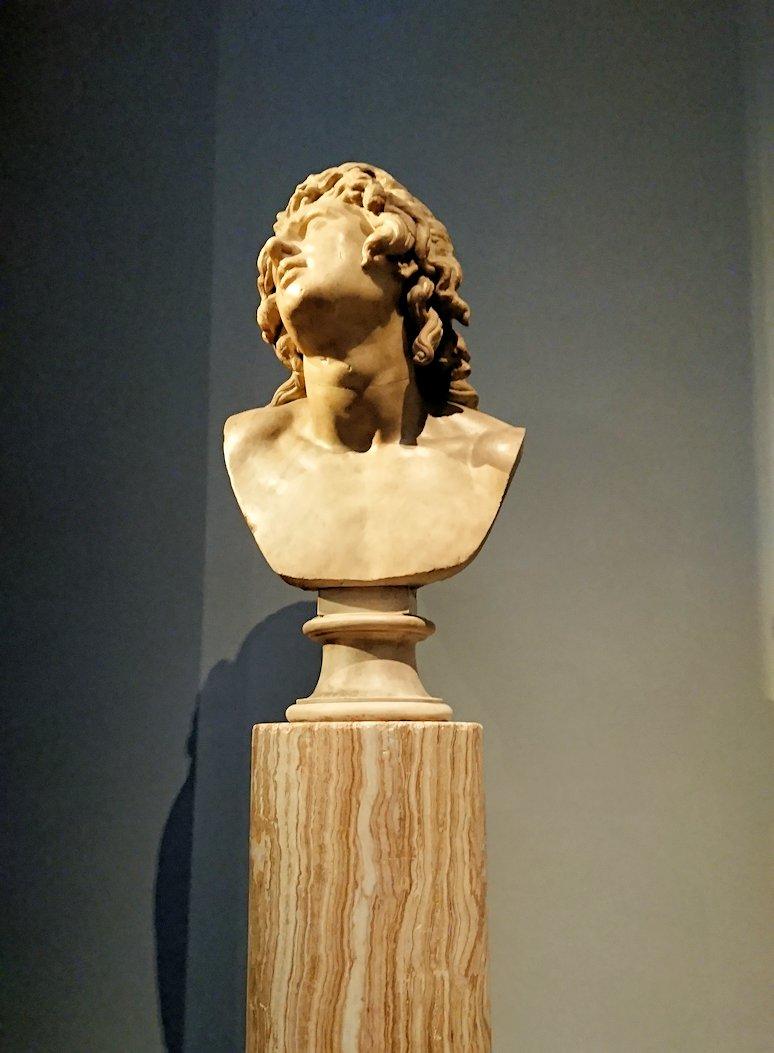 ウフィツィ美術館で斜めを見上げる像
