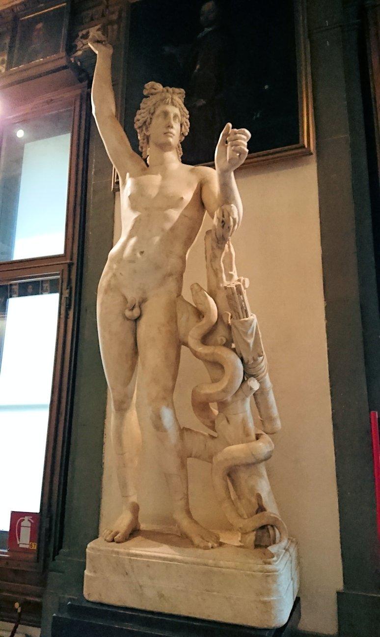 ウフィツィ美術館でヘビに絡まれる