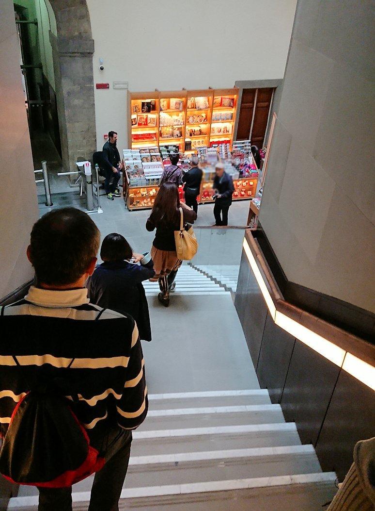 ウフィツィ美術館で出口に向かう階段