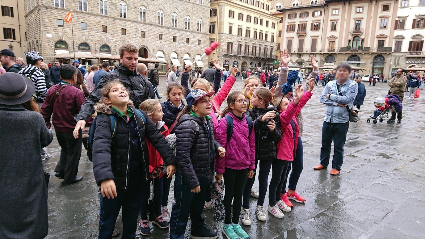 シニョリーア広場で手を振る子供達