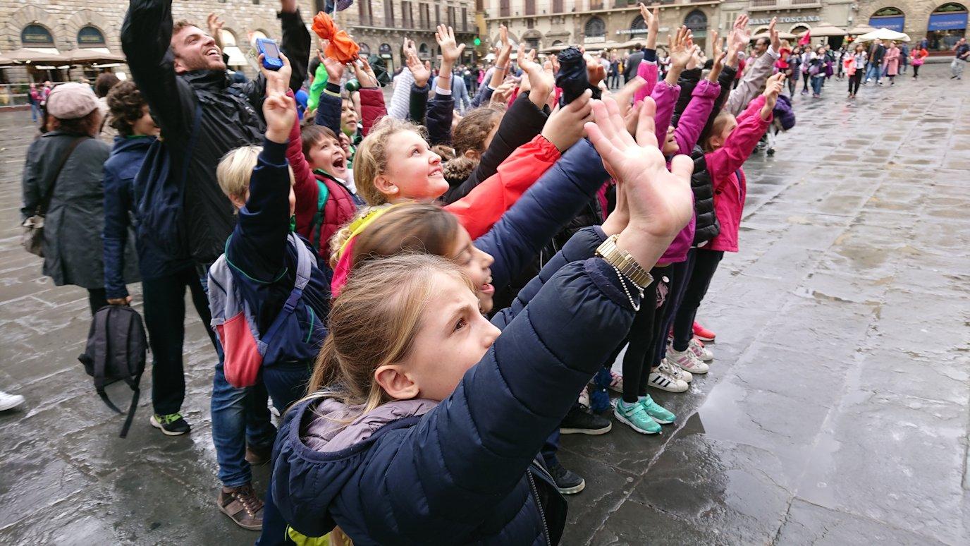 ヴェッキオ宮殿から手を振る人に応える子供達