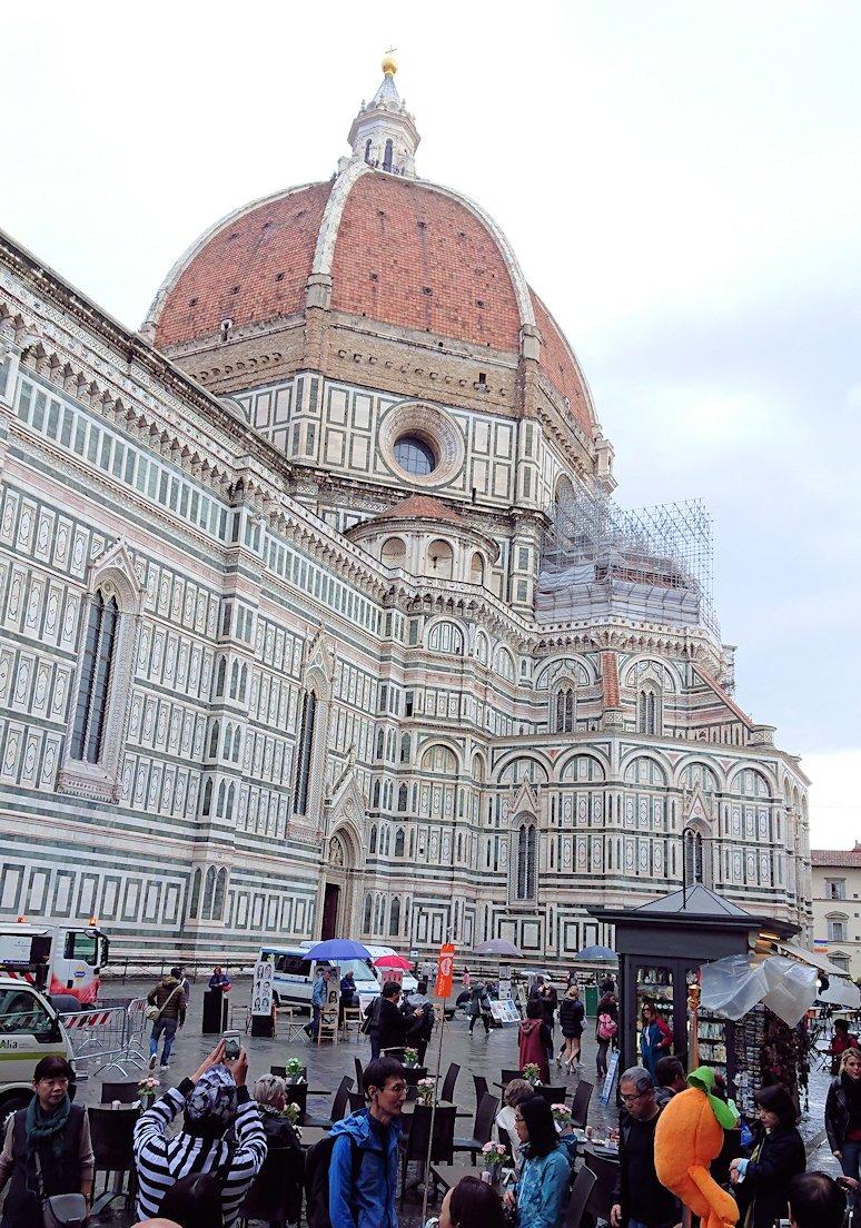 フィレンツェ大聖堂近くに見る