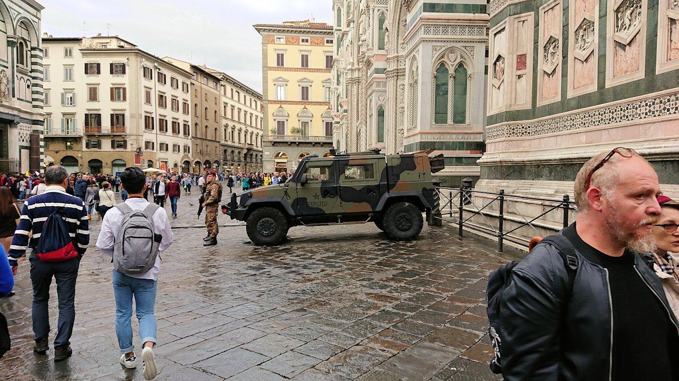 フィレンツェ大聖堂の前での警備