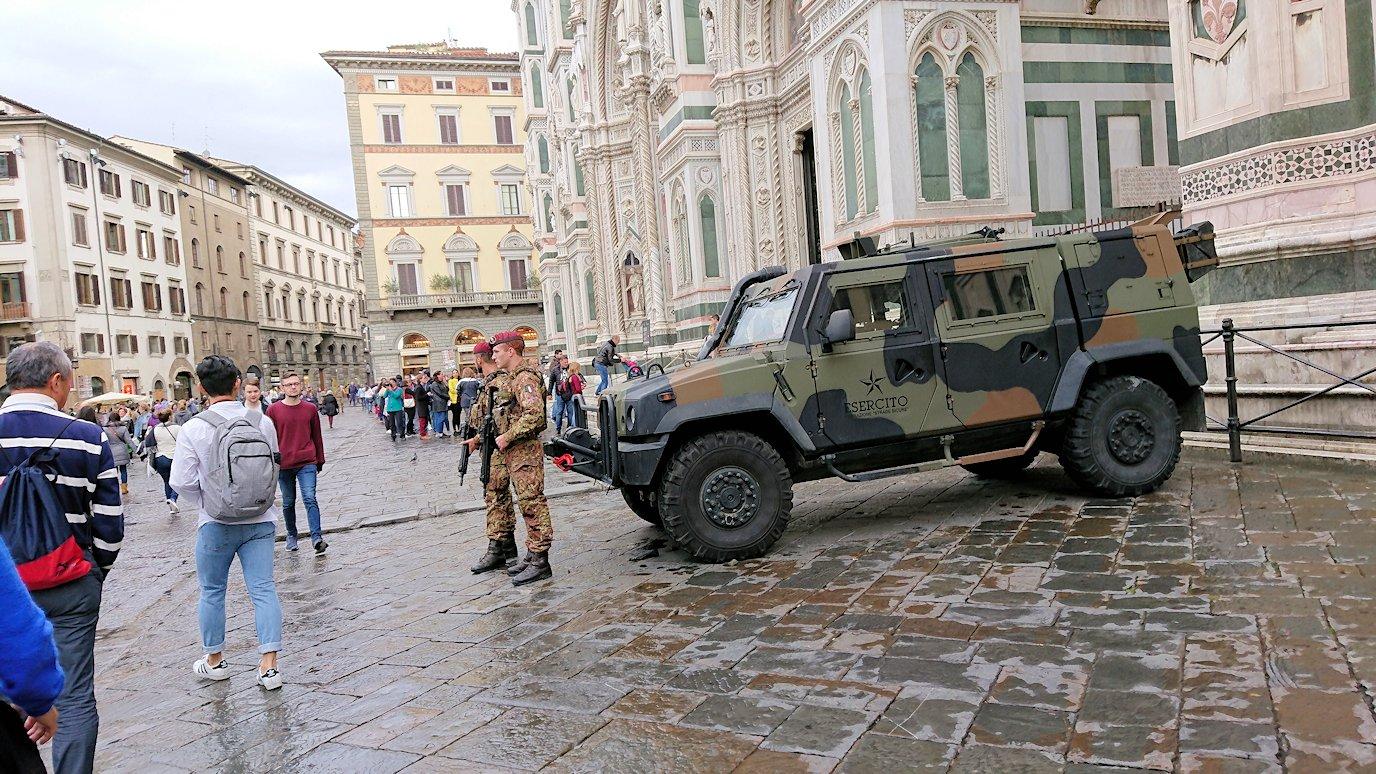フィレンツェ大聖堂の前での警備する軍隊