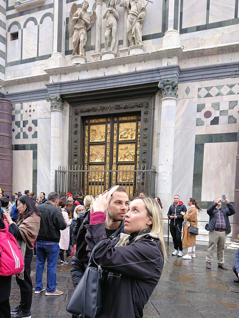 サン・ジョヴァンニ洗礼堂の前で写真を撮る美女