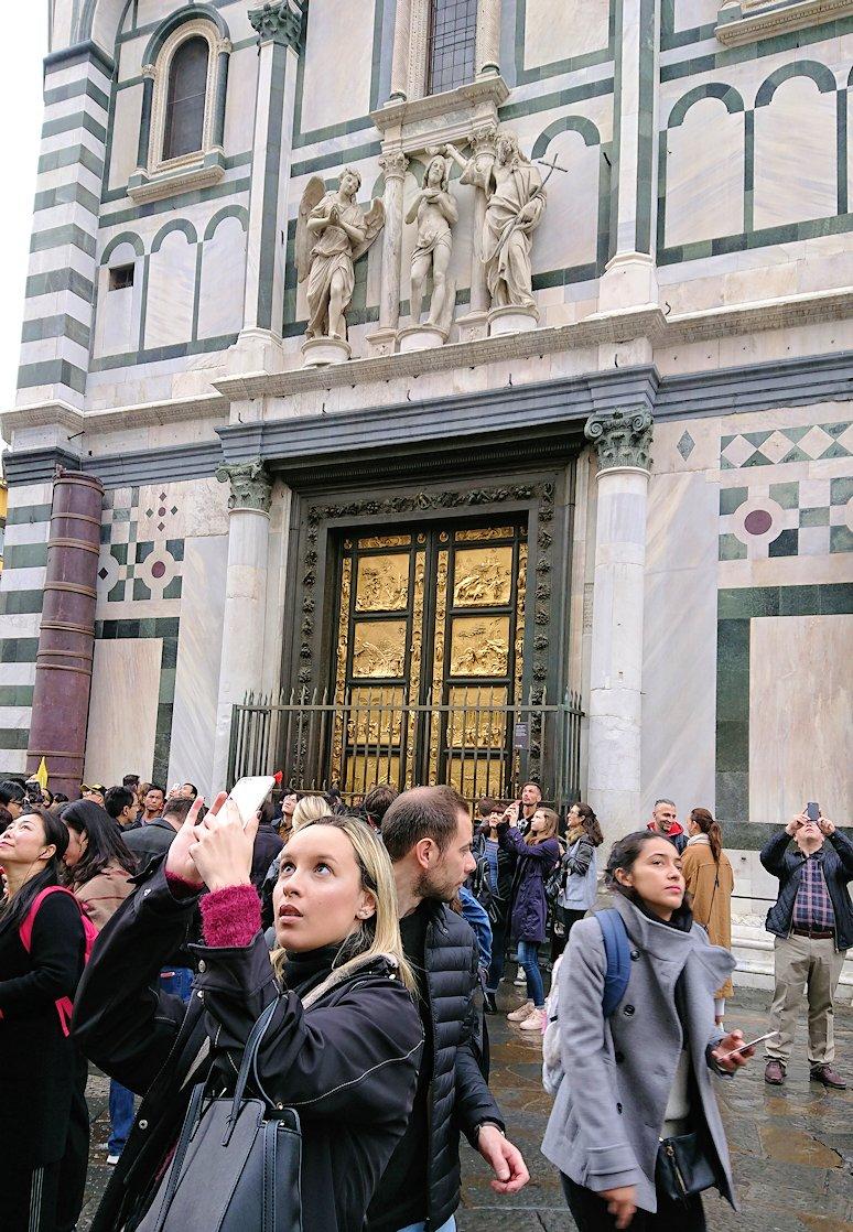 サン・ジョヴァンニ洗礼堂の前で写真を撮る美女2