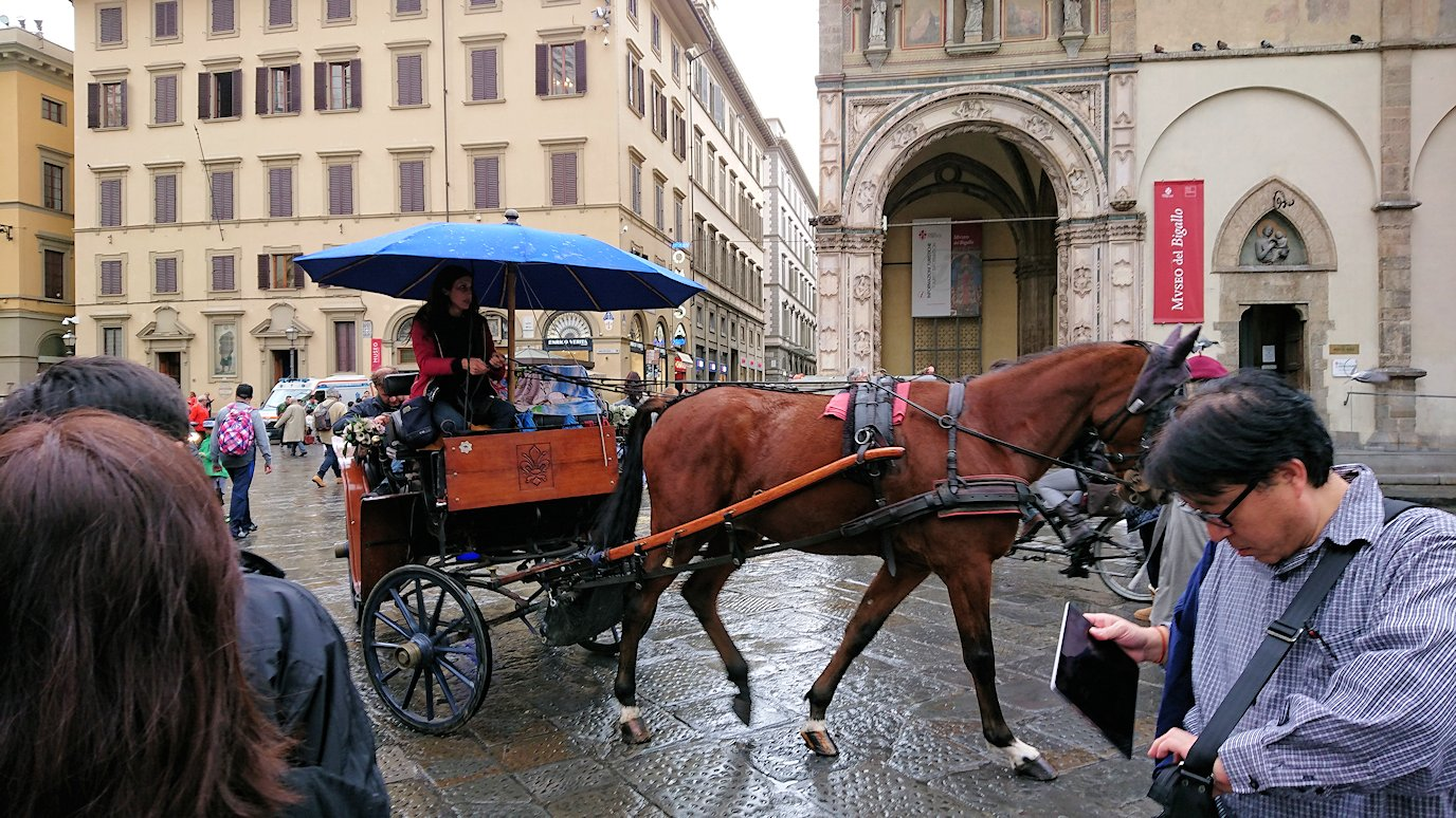 フィレンツェ大聖堂前の広場の馬車