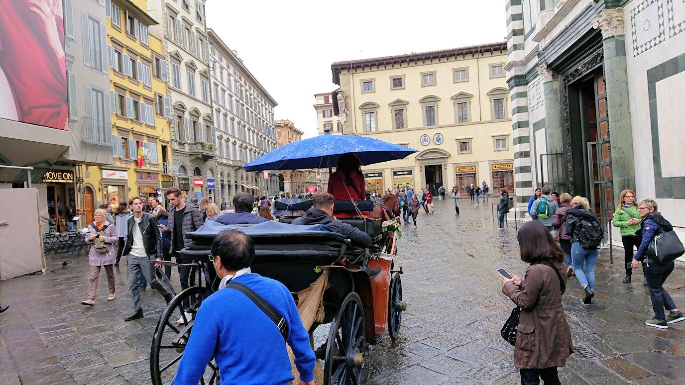 フィレンツェ大聖堂前の広場の馬車2