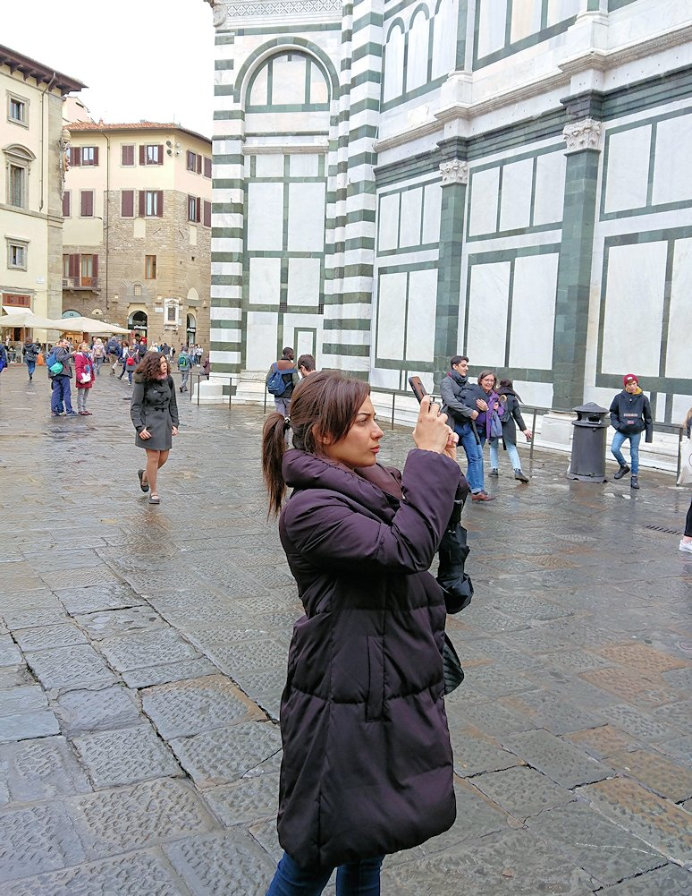 フィレンツェ大聖堂前の広場にて