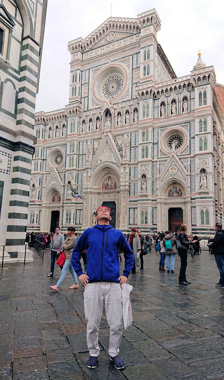 フィレンツェ大聖堂のファザードをバックに記念撮影
