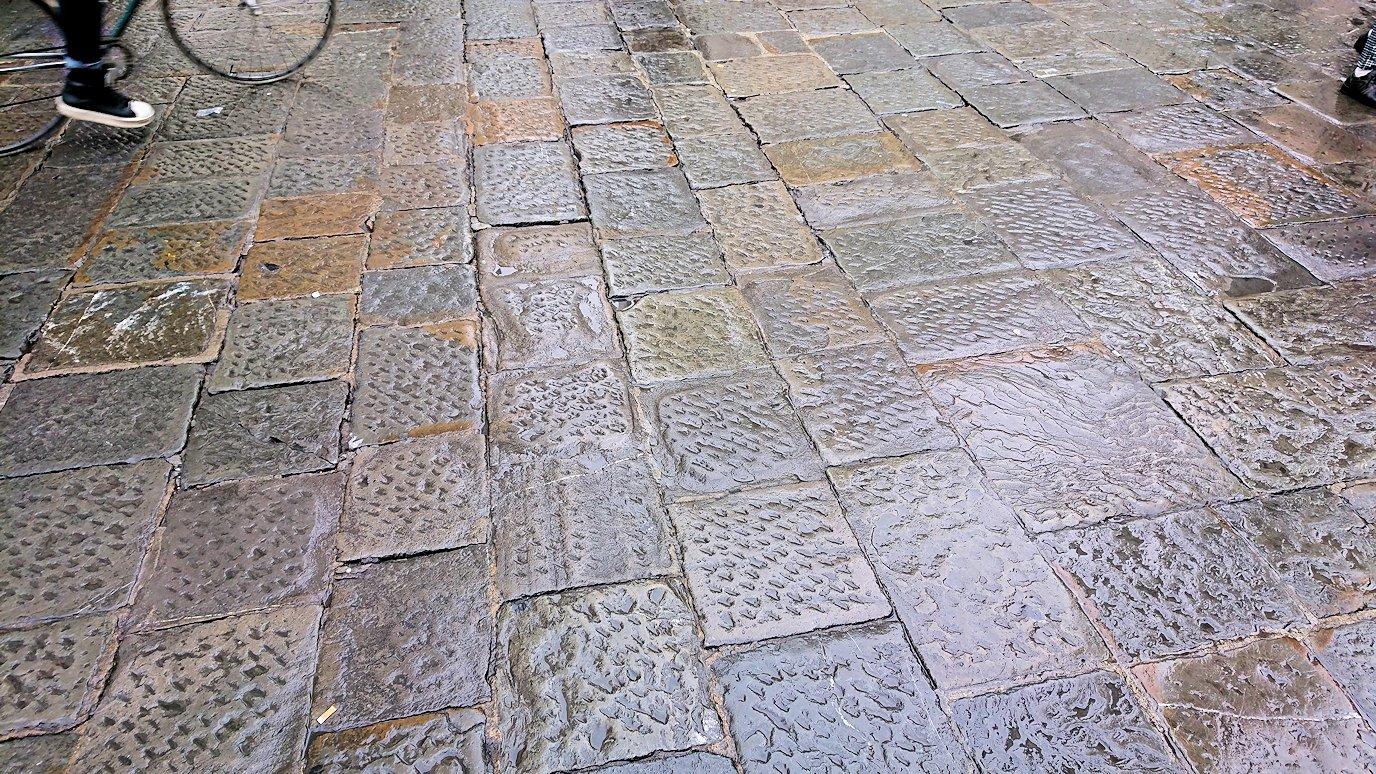 フィレンツェ大聖堂前の広場の石畳