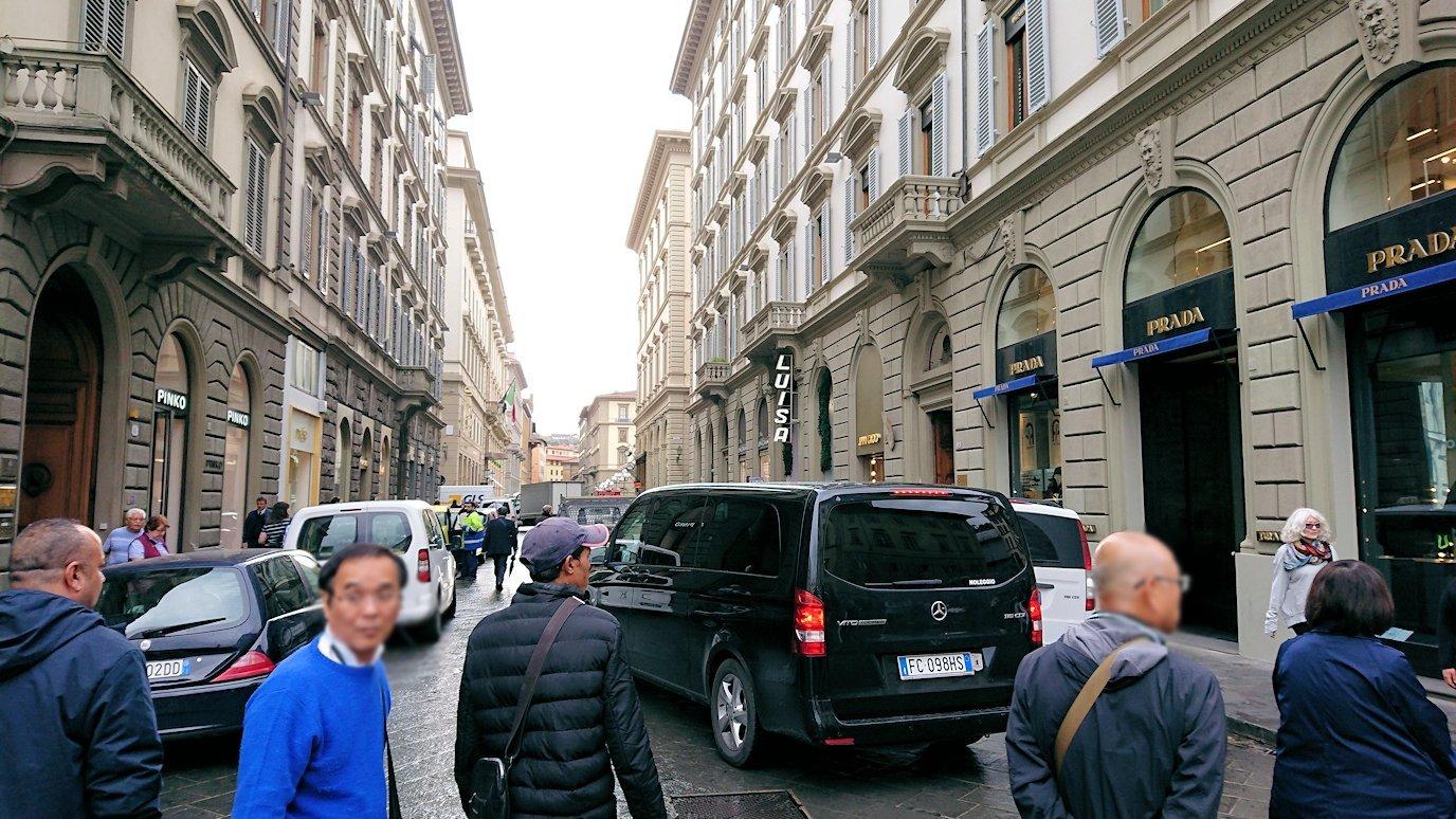 フィレンツェ市内でレストランに向かって歩く