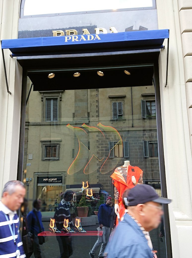 フィレンツェ市内でレストランに向かって歩く途中のプラダ