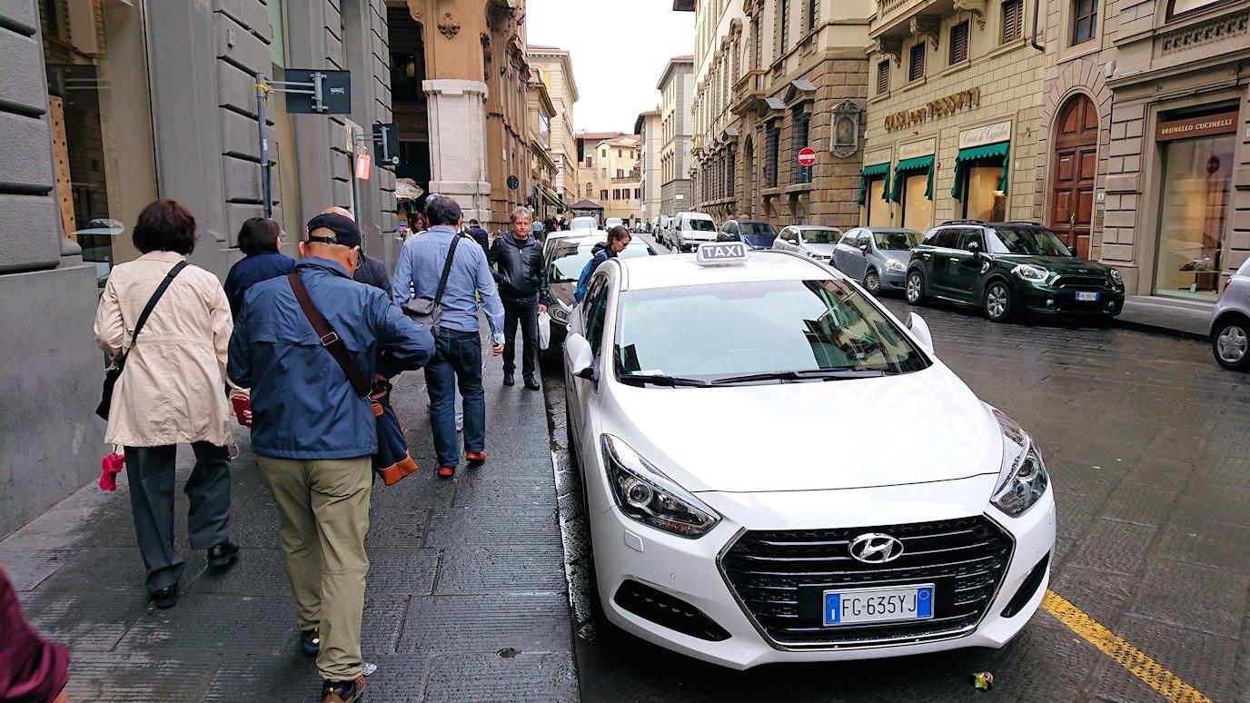 フィレンツェ市内でレストランに向かって歩く2
