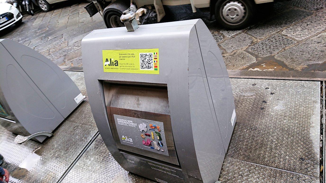 フィレンツェ市内の路地にあるゴミ箱