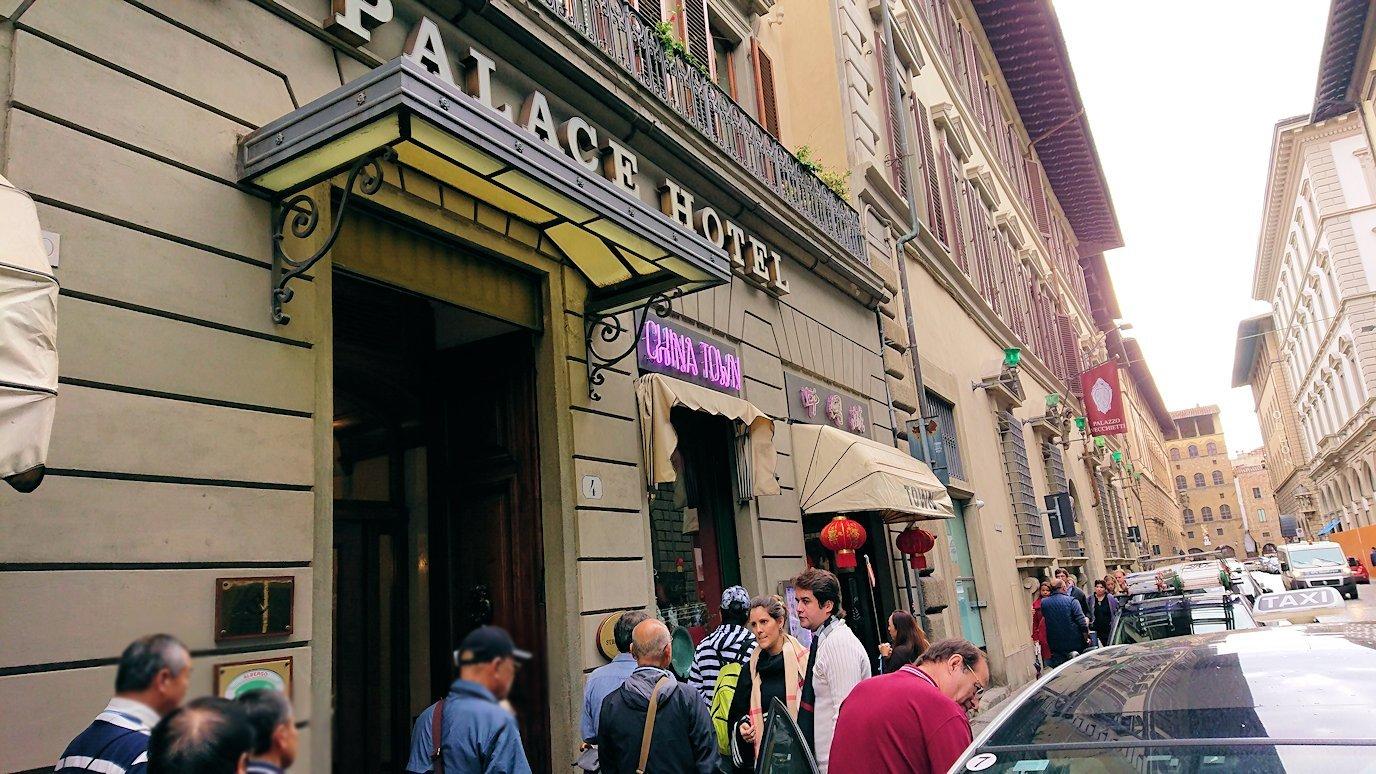 フィレンツェ市内の路地を歩く