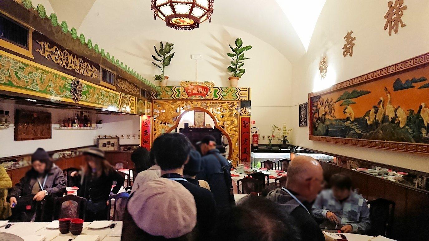 フィレンツェ市内の中華レストランに入る2