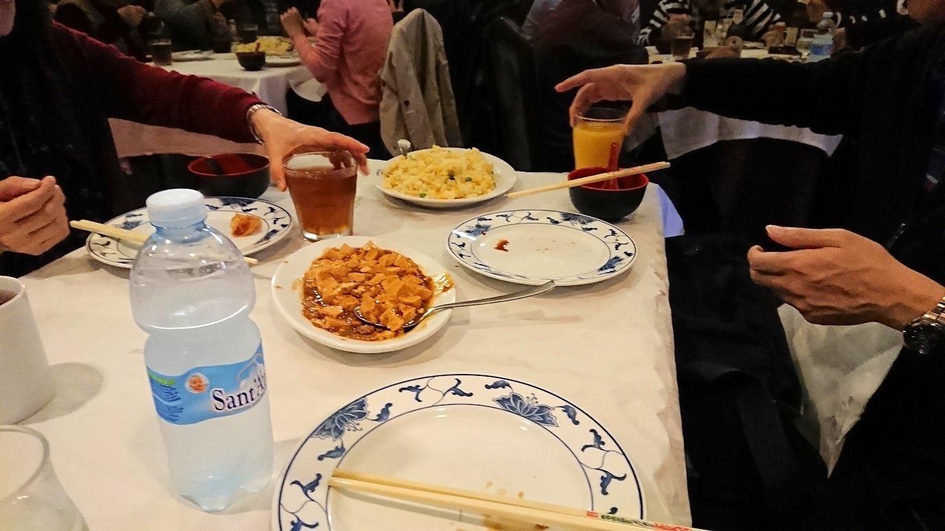 フィレンツェ市内の中華レストランで食べる皆さん