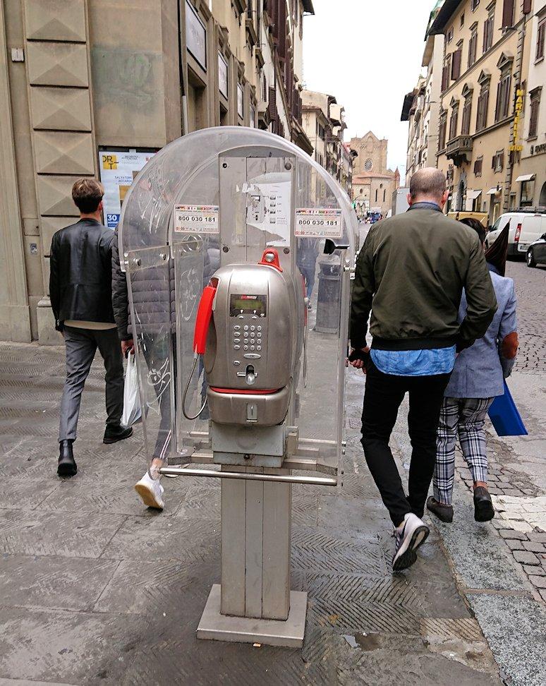 フィレンツェ市内の路地にある電話機