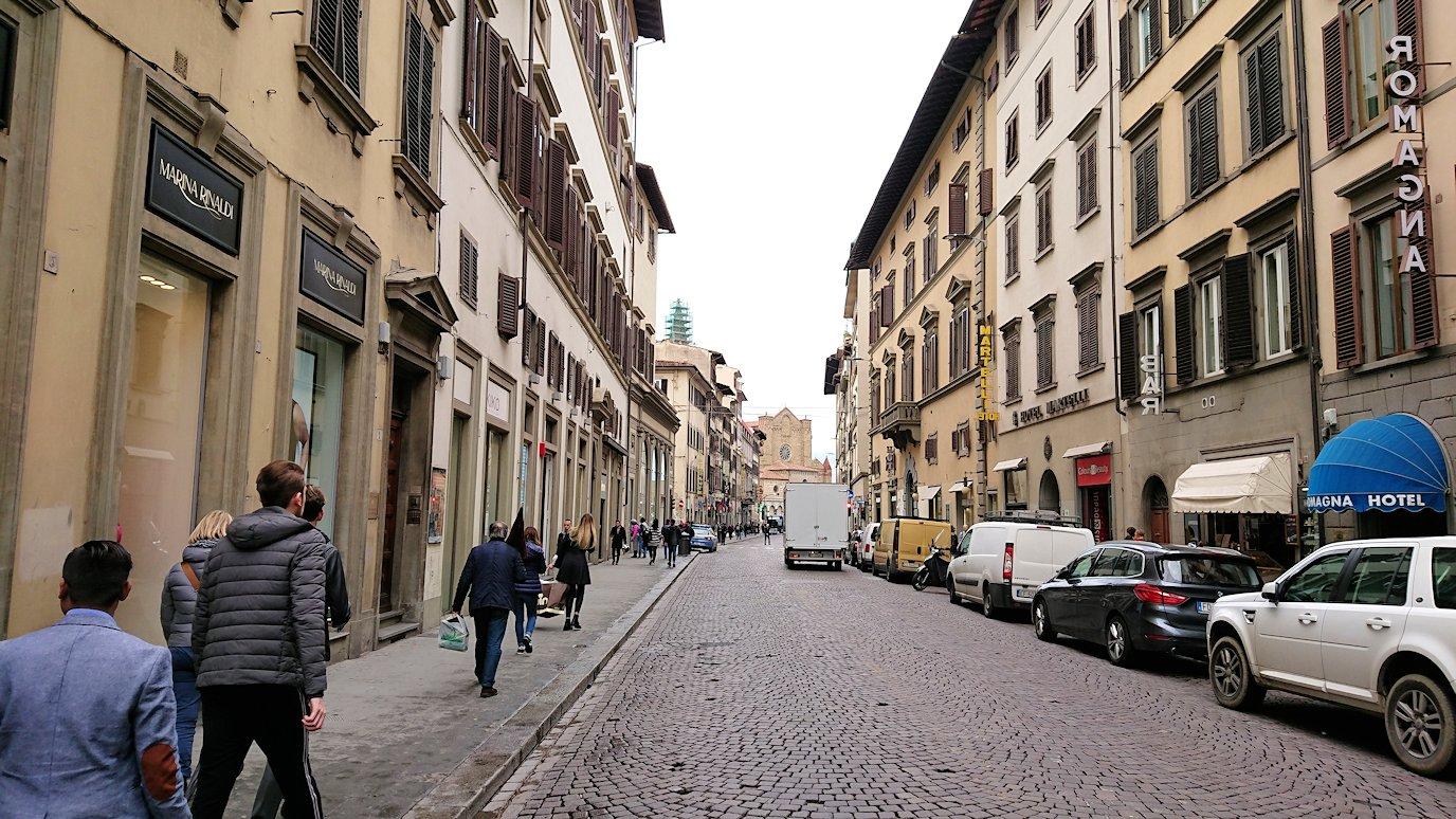 フィレンツェ市内の路地をまた進む