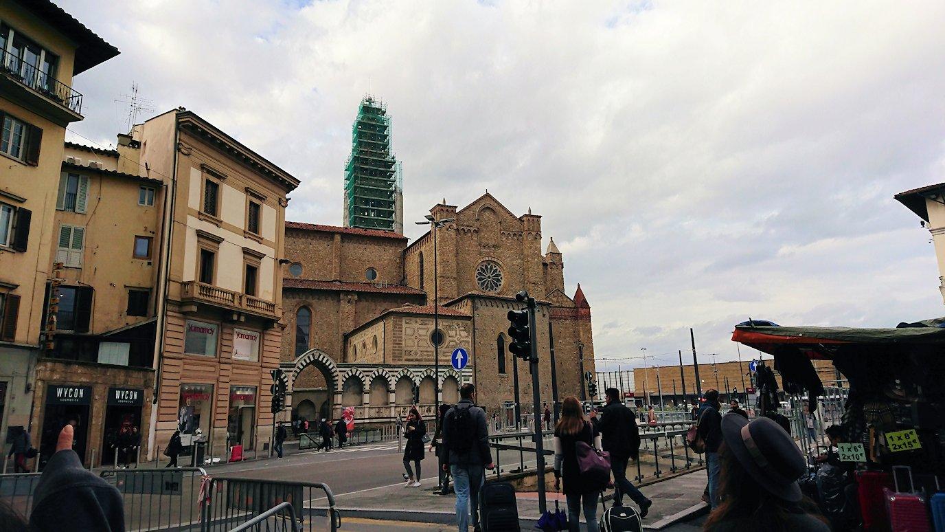 フィレンツェ市内の路地を進み駅に出る