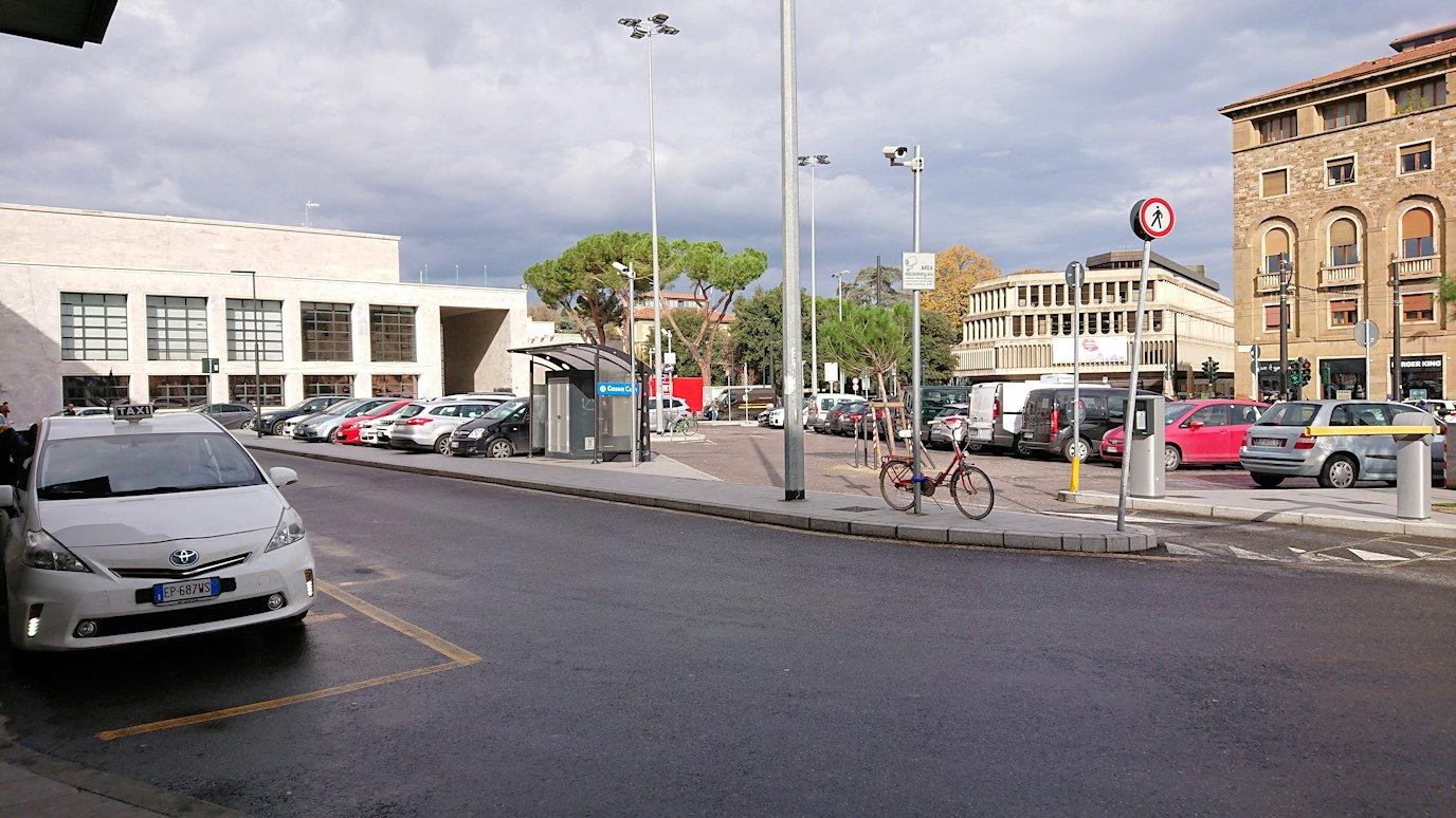 フィレンツェ郊外の駅付近の様子