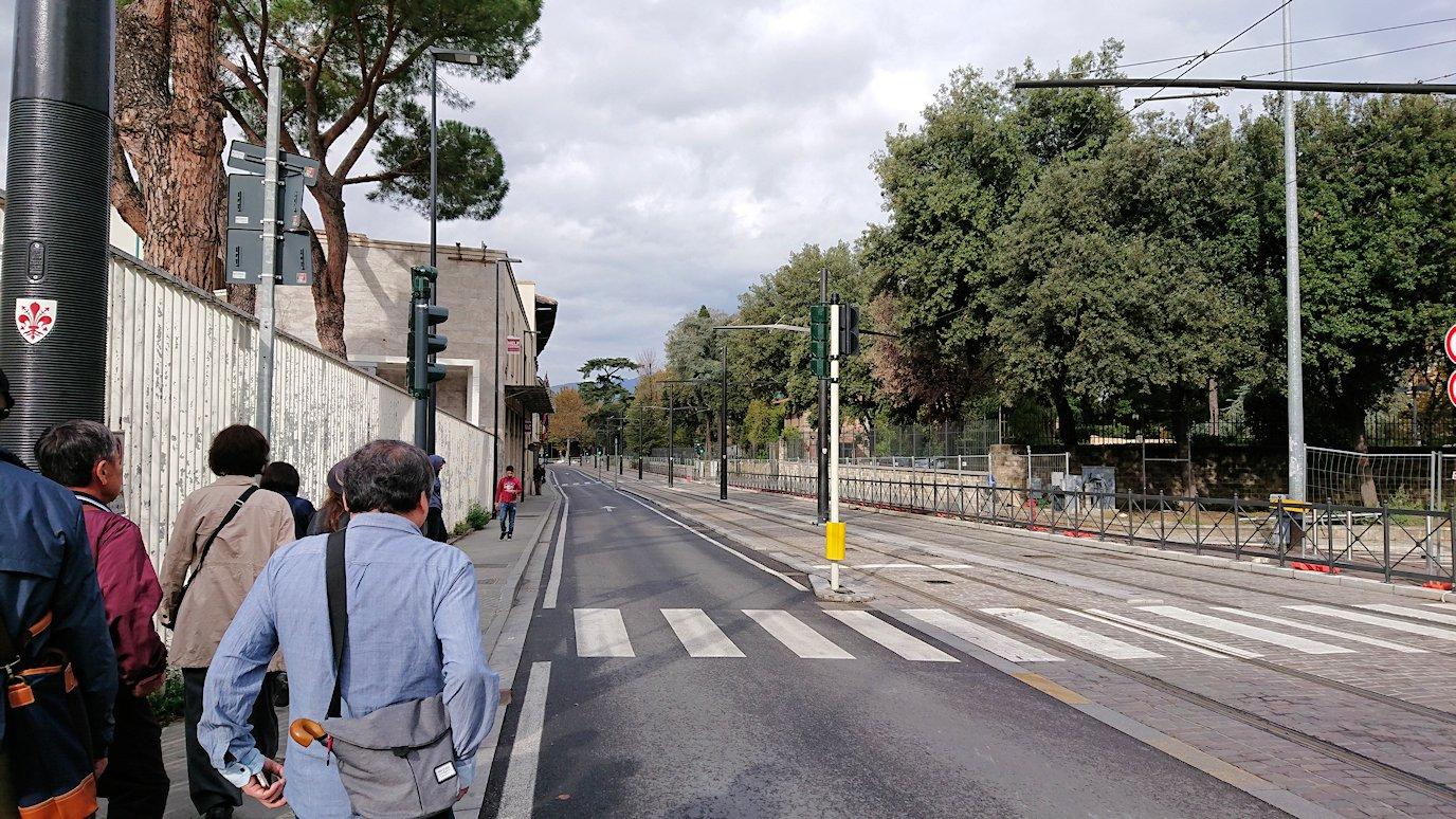 フィレンツェ郊外のバス乗り場まで歩く