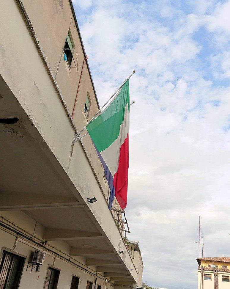 フィレンツェ郊外の警察署の国旗