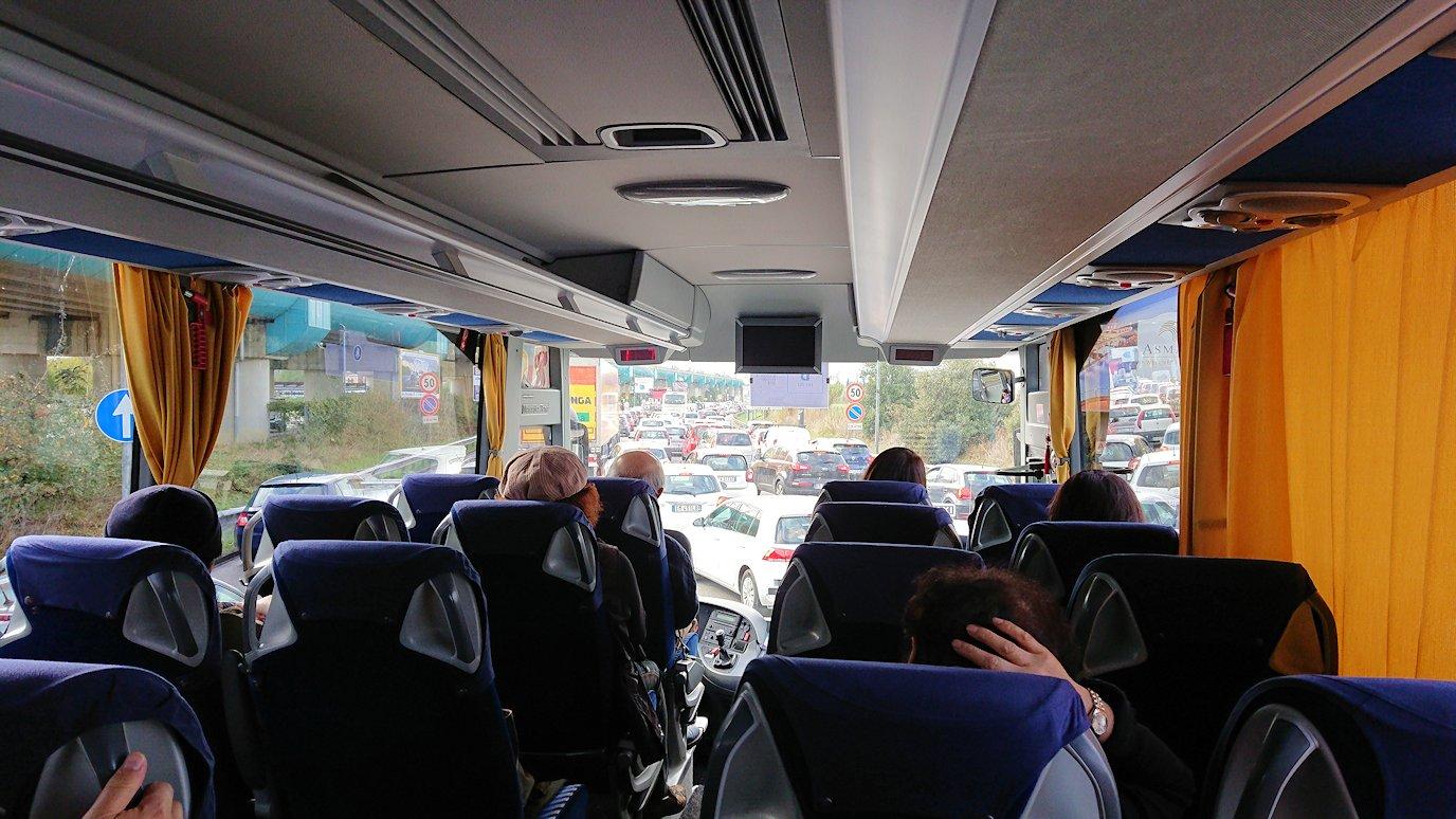 フィレンツェからピサに向かうバスの中