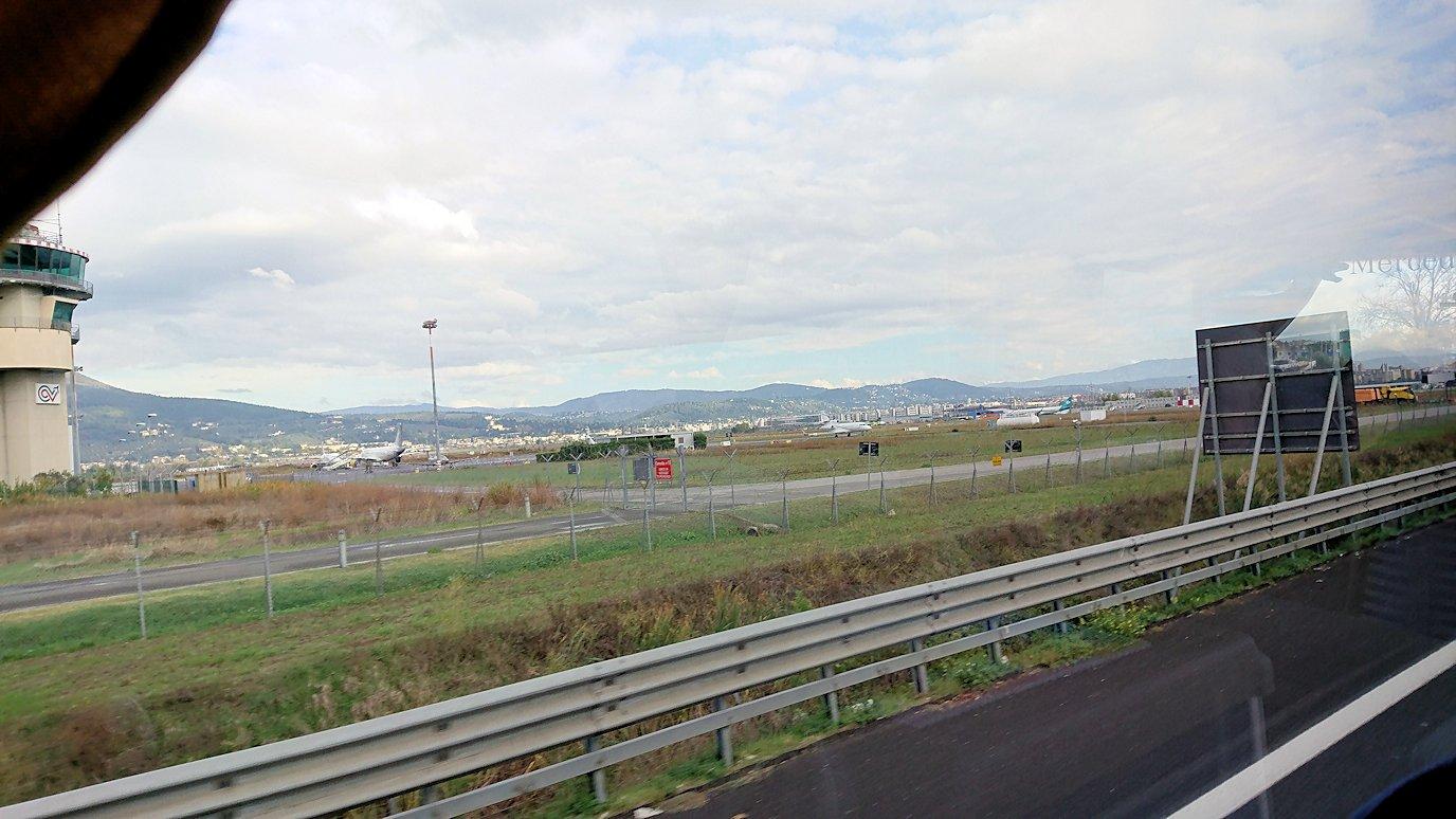 フィレンツェからピサに向かうバスから見た空港