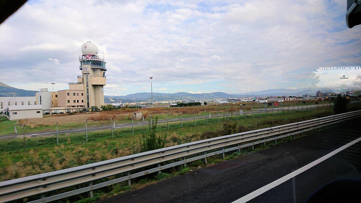 フィレンツェからピサに向かうバスから見た空港2