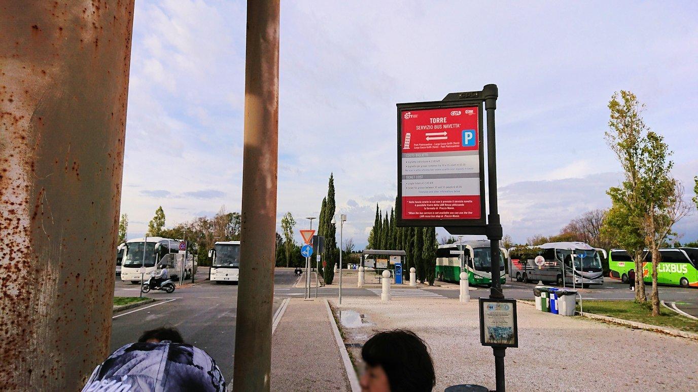 ピサの駐車場でトロリーバスを待つ