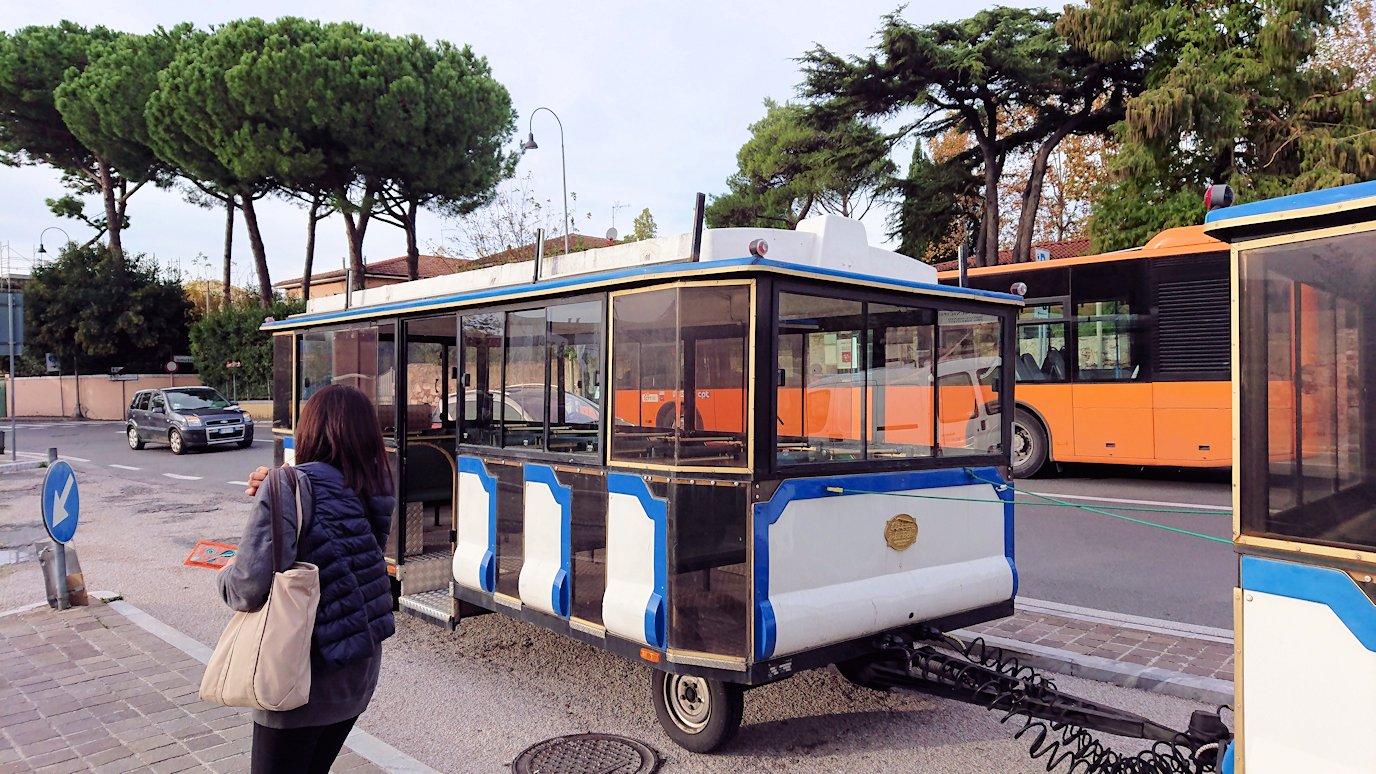 ピサの駐車場でトロリーバスに乗り込む