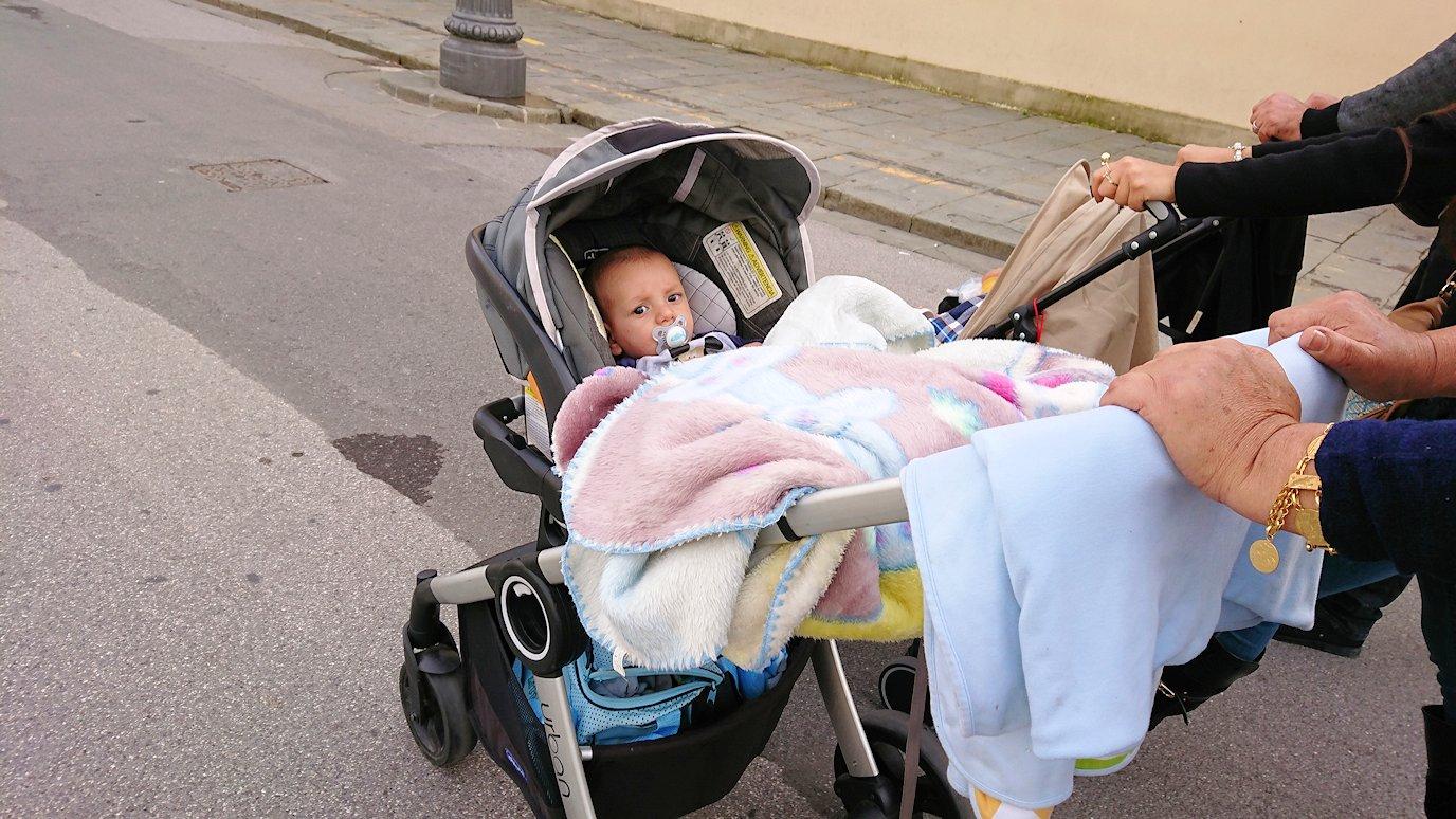 ピサのドゥオーモ広場で見かけた赤ん坊