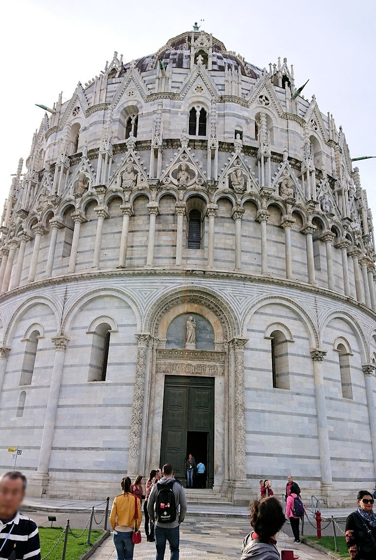 ピサのドゥオーモ広場の洗礼堂