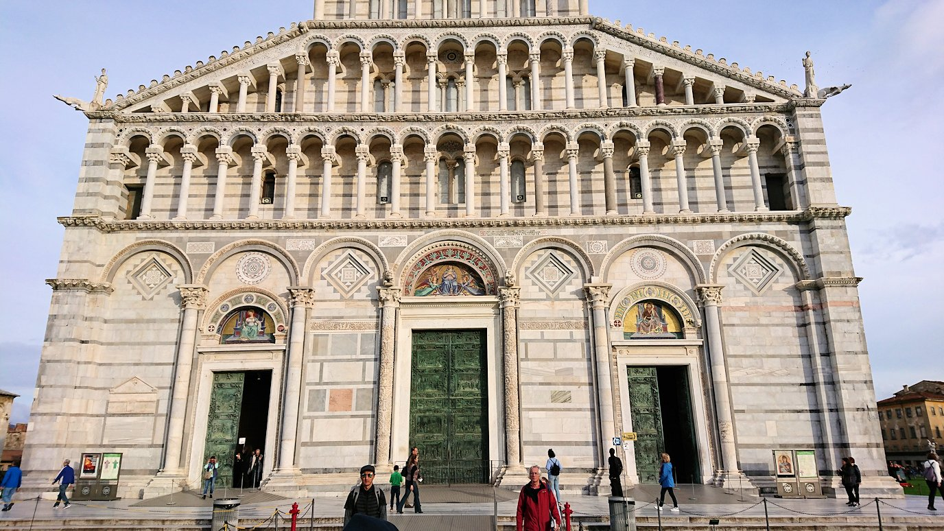ピサの大聖堂の正面のアップ写真