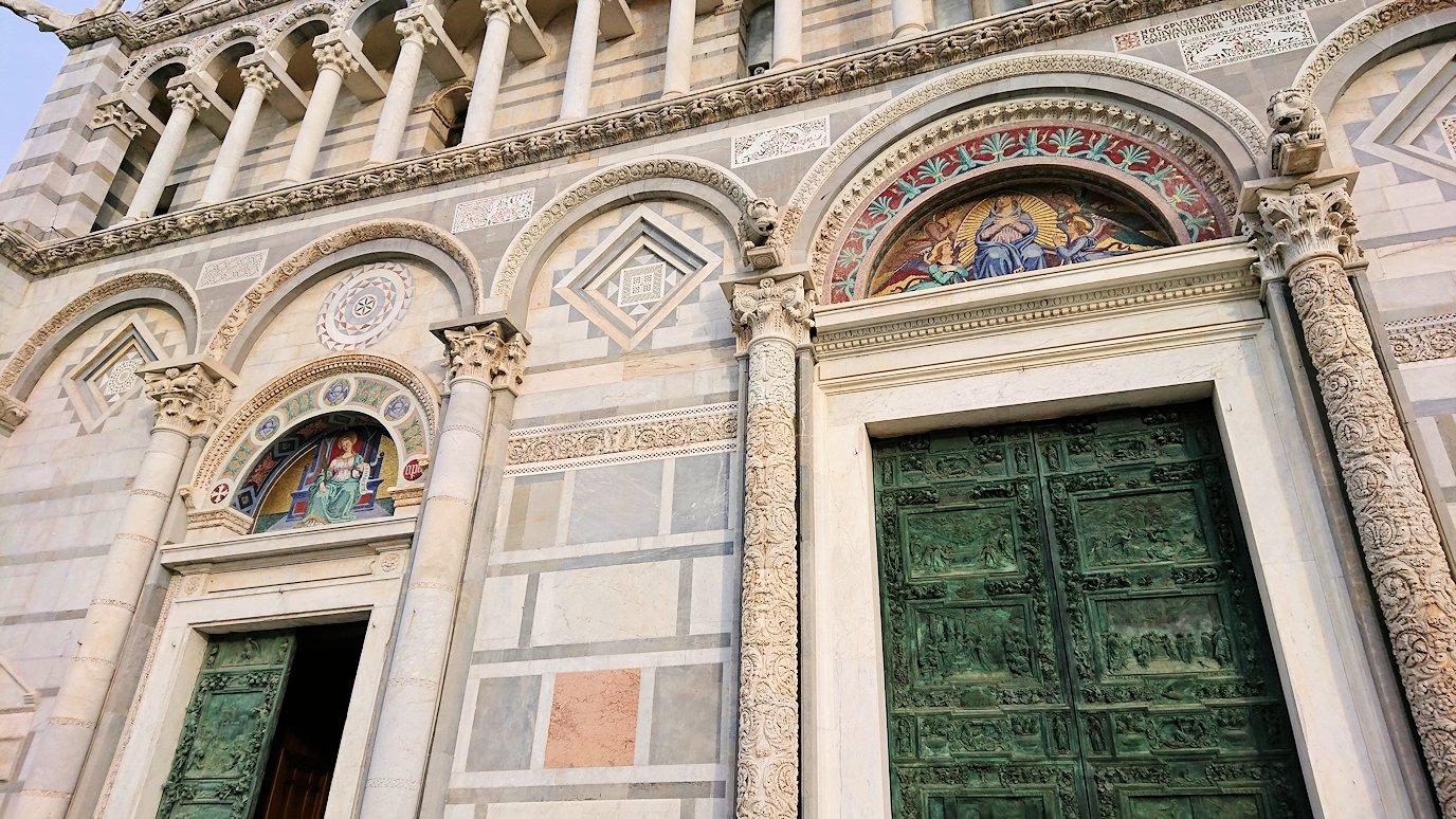 ピサの大聖堂の正面のドアップ写真