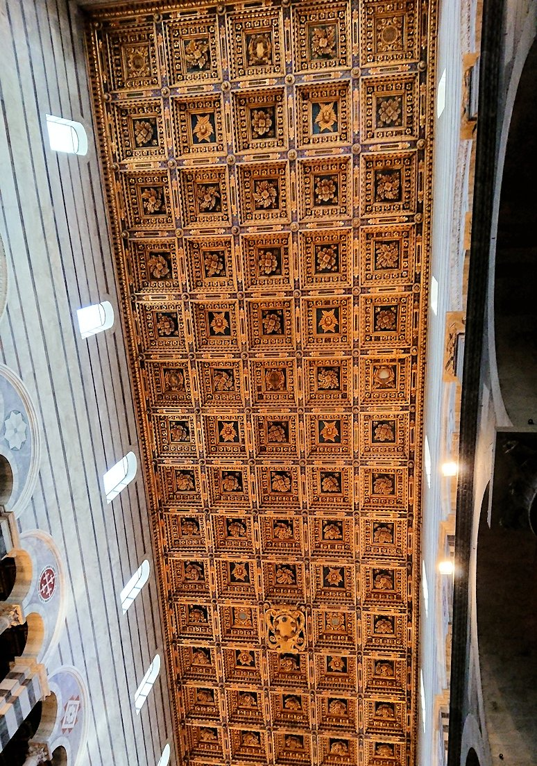 ピサの大聖堂の内部の天井