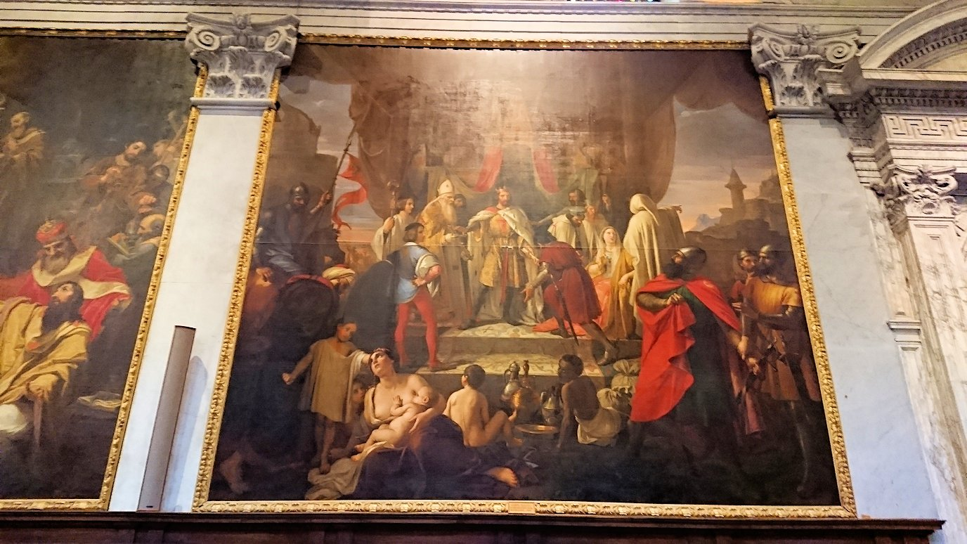 ピサの大聖堂の内部にある大きな絵画
