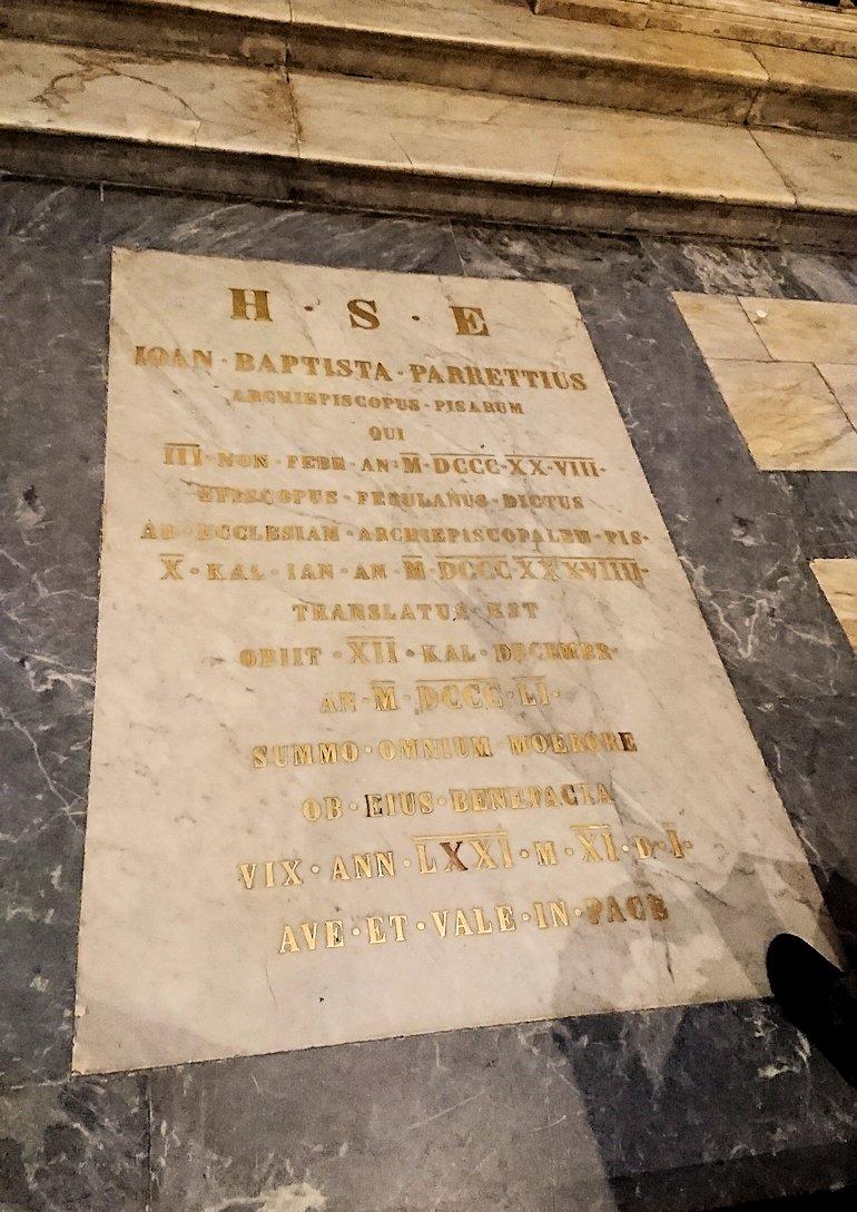 ピサの大聖堂の内部の床のお墓