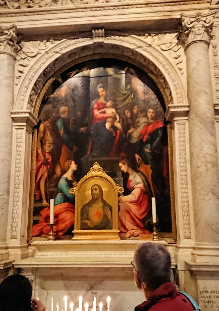 ピサの大聖堂の内部のマリア様の絵