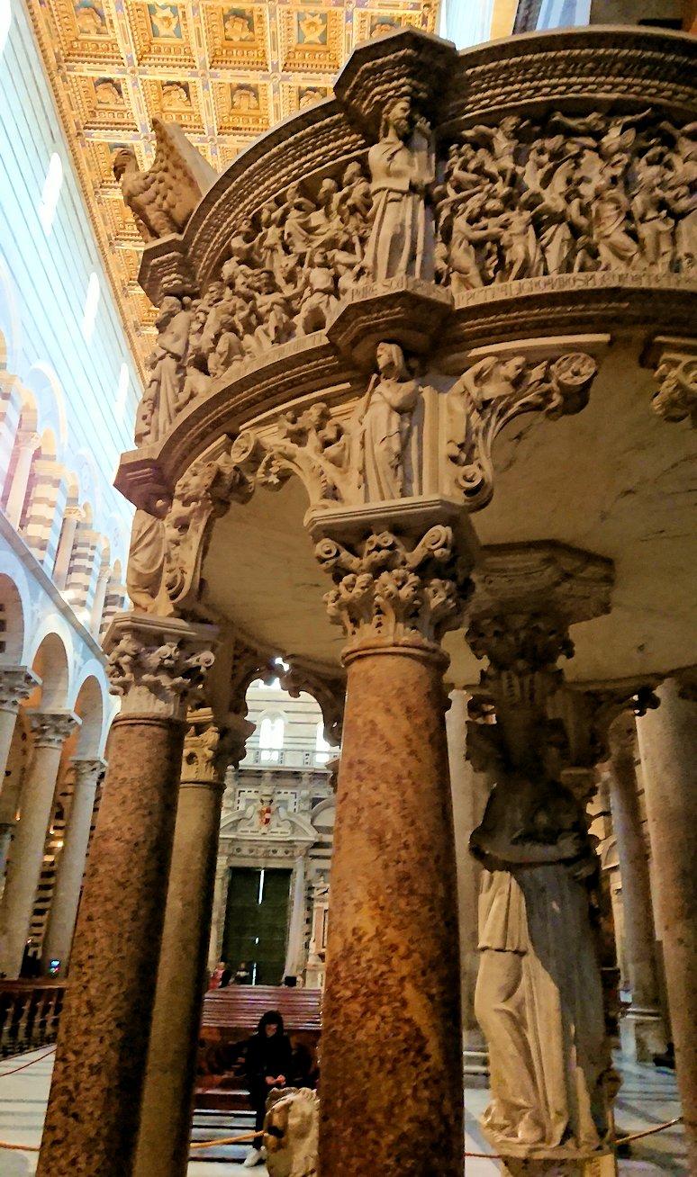 ピサの大聖堂の内部の説教壇の柱