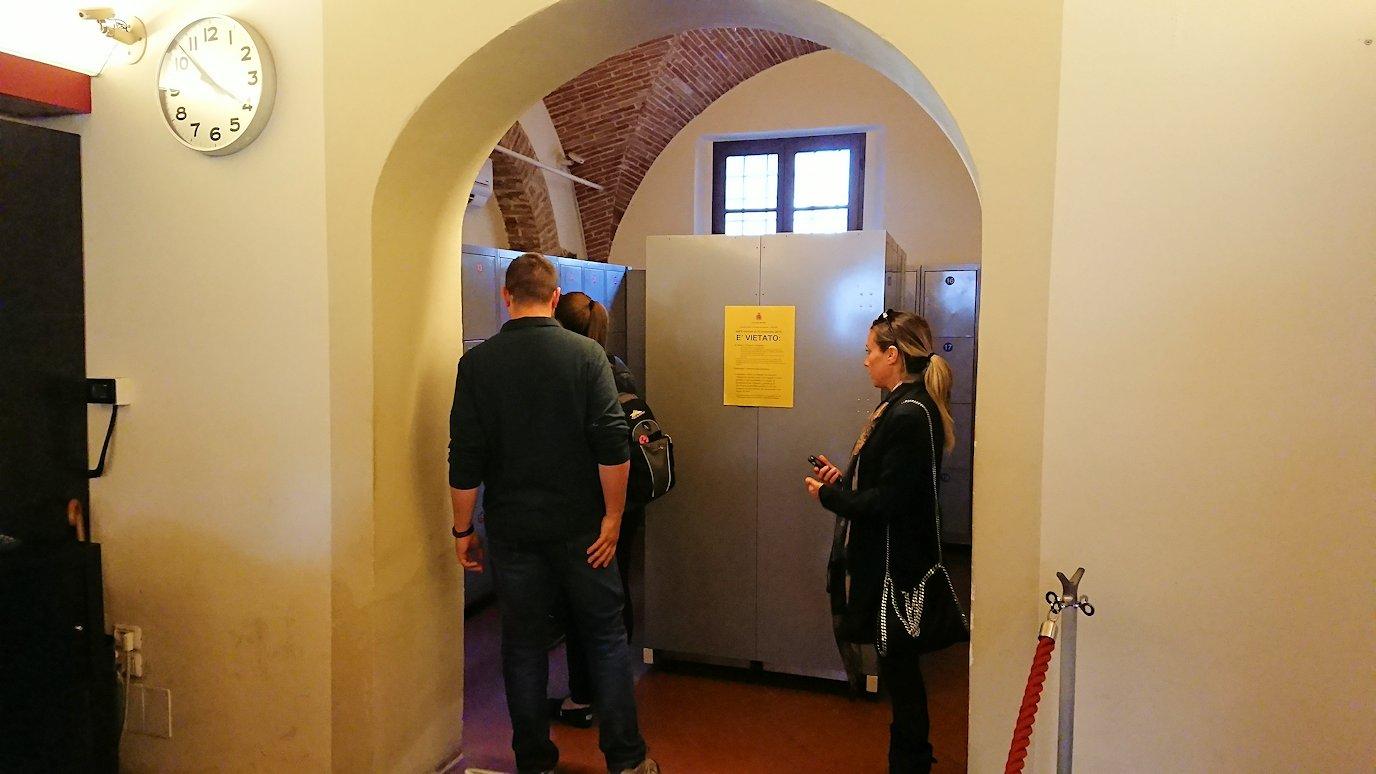 ピサの斜塔前に荷物を預けるクロークの内部