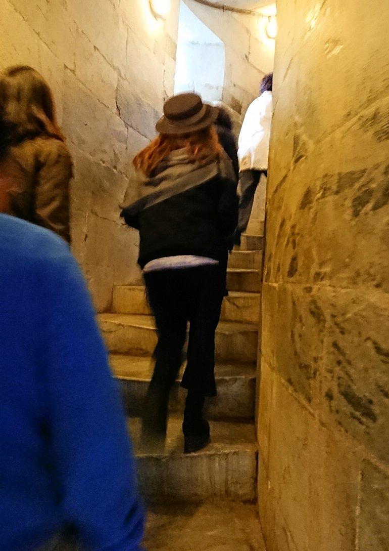 ピサの斜塔の中に入り階段を上っていきます